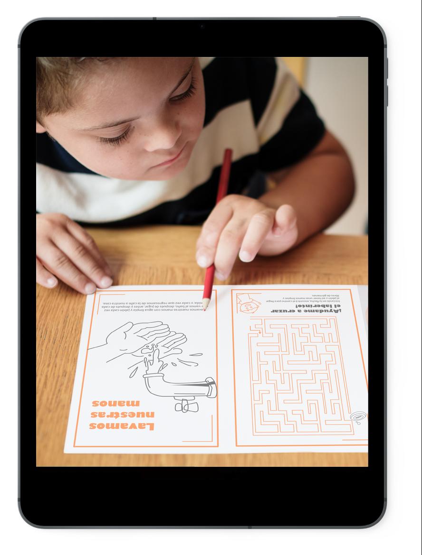 Niño pinta algunas ilustraciones incluidas en este libro